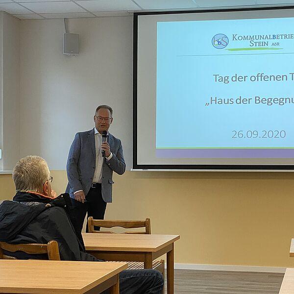 Klaus Heinrich, Vorstand des Kommunalbetrieb Stein erläutert die Sanierungssarbeiten