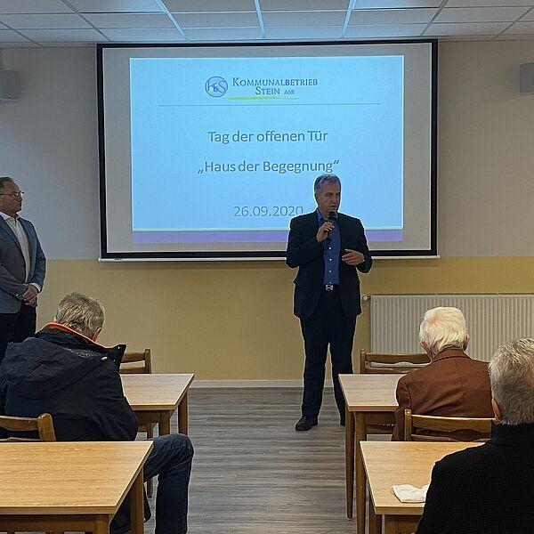 Erster Bürgermeister Kurt Krömer spricht vor Besuchern im Haus der Begegnung